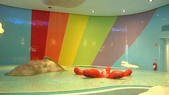 İsveç Belediyesinden Gökkuşağı Havuzu
