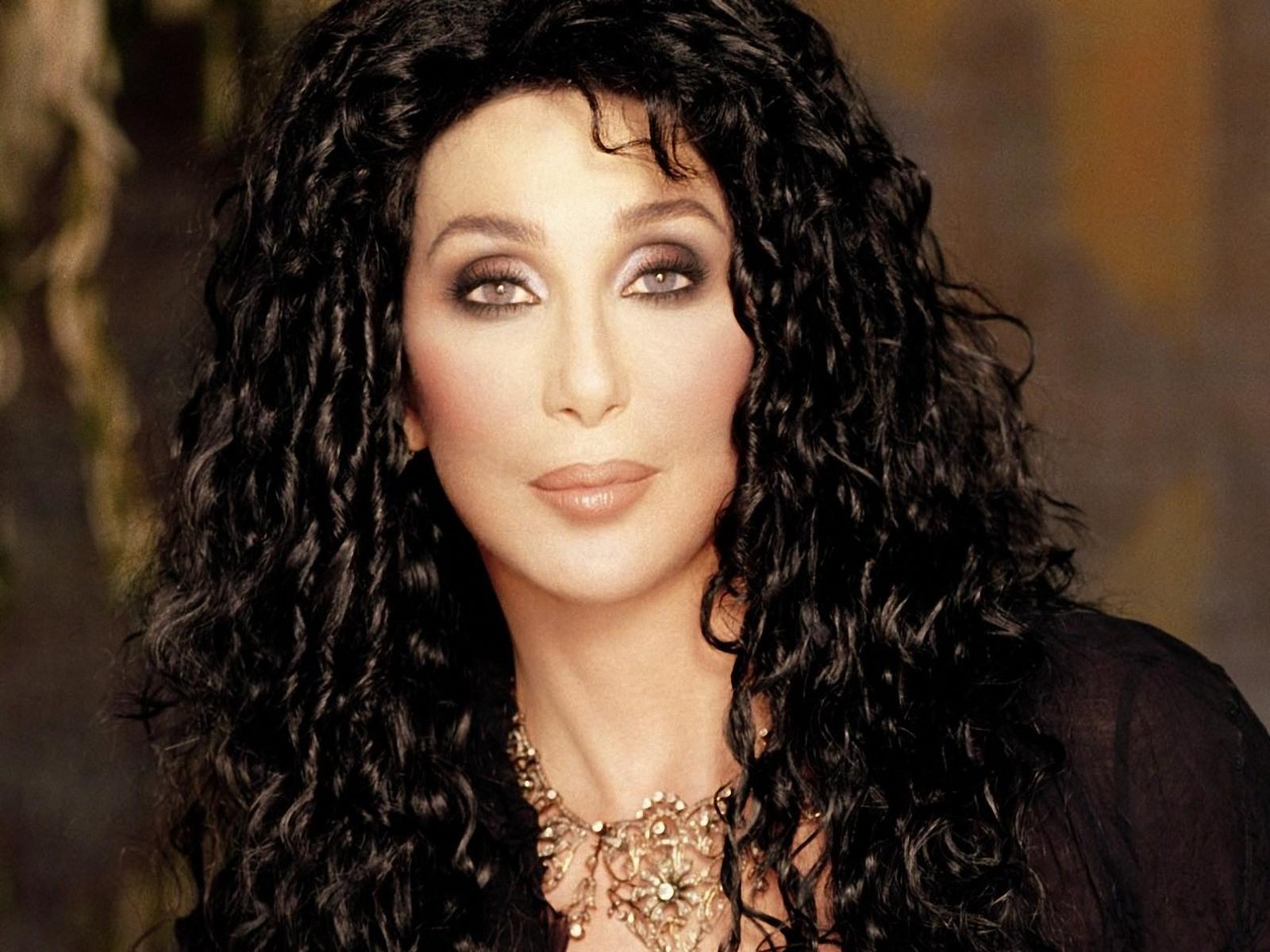 İşte rekor! 70 yaşında olan Cher Microsoft için henüz 39.