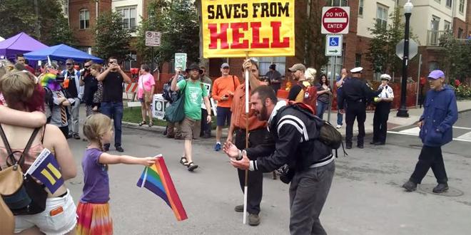 7 Yaşındaki Kızdan Homofobi Dersi!