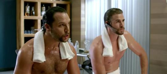 Liam Hemsworth ve Dane Cook Kim İçin Soyundular