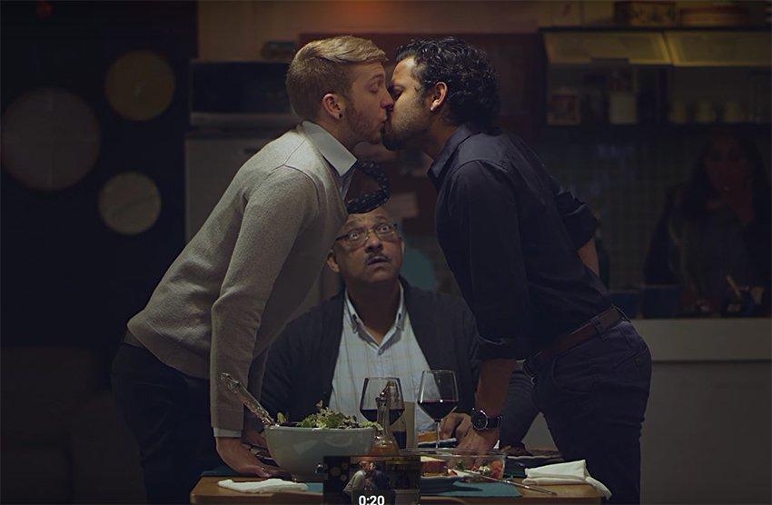 Güney Afrika'nın İlk Eşcinsel Öpücüğüne Tepki!