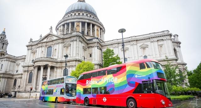 Londra Gökkuşağı Otobüsü St Paul Katedrali'ni Ziyaret Etti