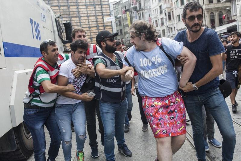 Politikacılar Onur Yürüyüşü'ne Polis Saldırısını Kınadı