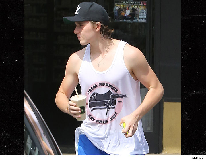 David Beckham'ın Oğlu Babasıyla Çalışırken 'Onur' T-shirtü Giyiyor