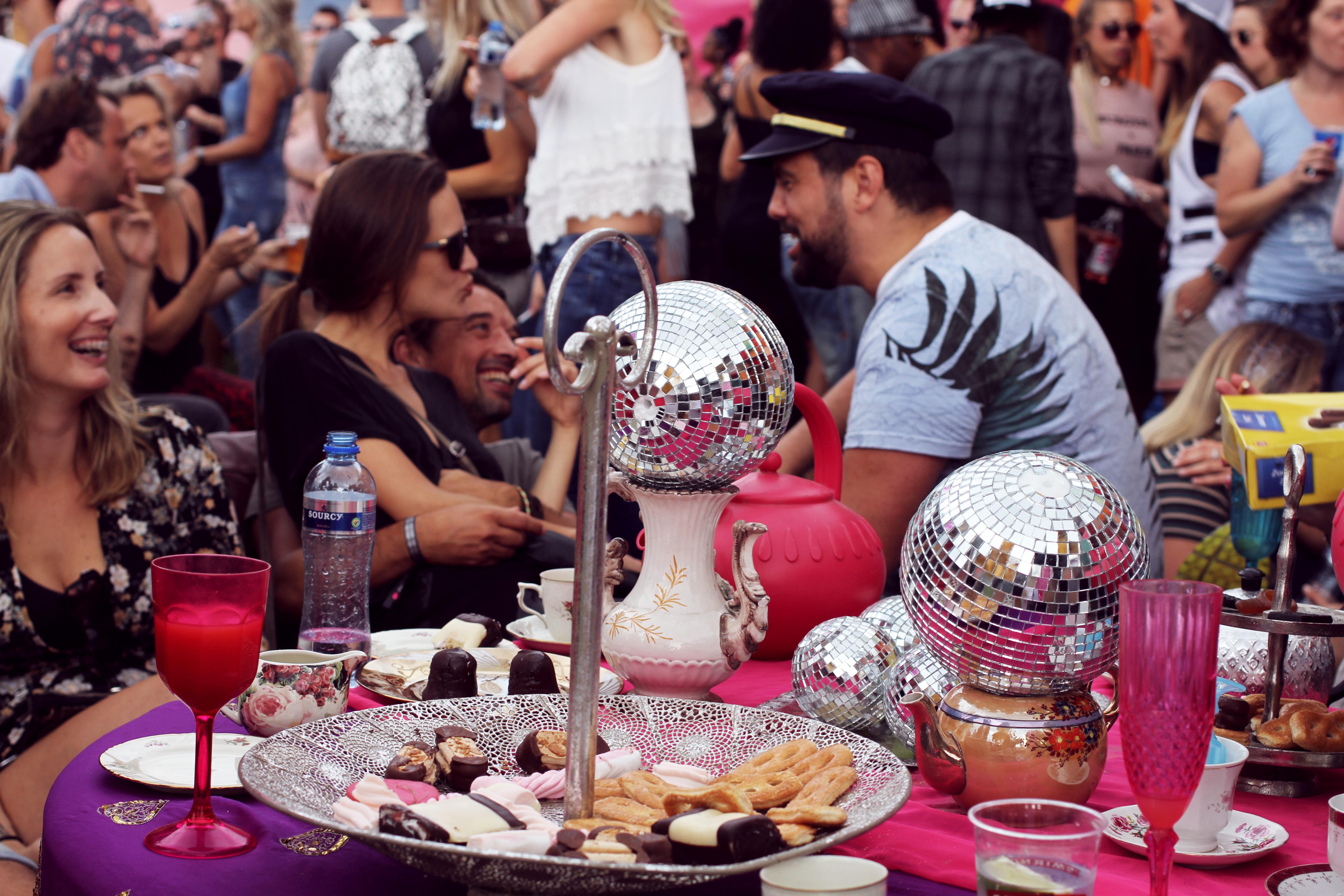 "Disco toplu çay saatine hoş geldiniz. ""Tea time with disco balls"""