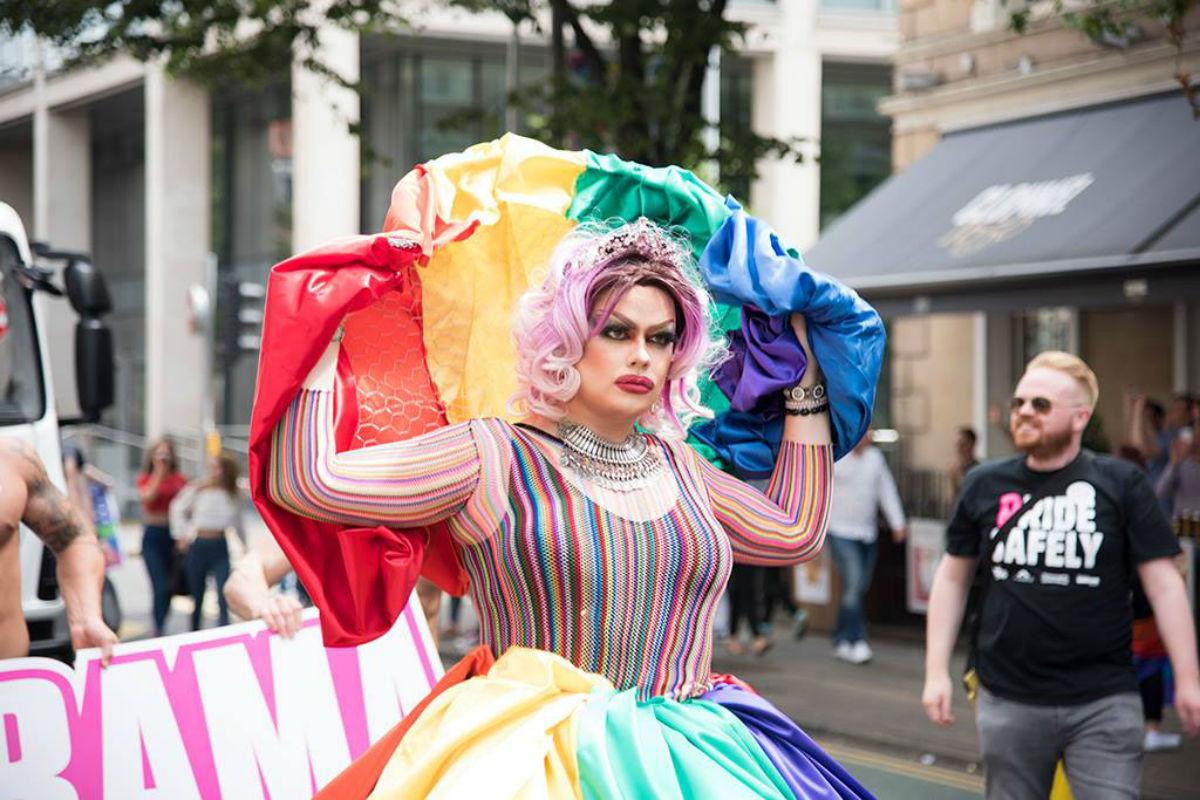 Drag Kraliçesi HIV+ Kana Bulanmış Taçla Gösteri Yaptı