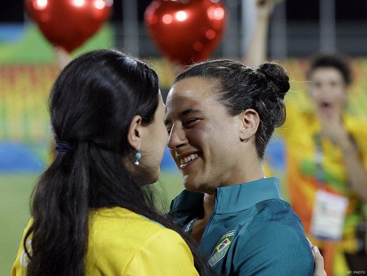 """Olimpiyatlarda Nişanlanan Eşcinsel Çift Dünyaya """"Aşk Kazanır"""" Mesajı Verdi"""
