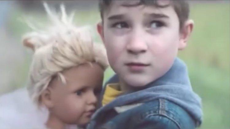 Bir Erkek Çocuğu Olarak Otobüse Oyuncak Bebek Götürmek
