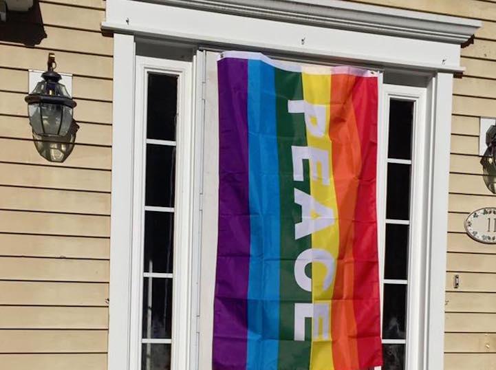 Boston'da Homofobik Saldırı Sonucu 40 Ev Gökkuşağı Bayrak Astı