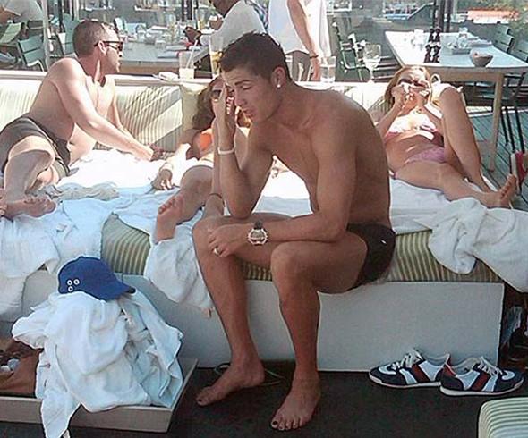 Bu arada Ronaldo'nun 2010 yılında New York'ta tatil yaparken çekilen bu fotoğrafında da ayak parmaklarının ojeli olduğu görülüyor.