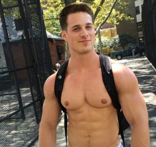 Model Nick Sandell, New York Sokaklarında İç Çamaşırıyla Dolaştı