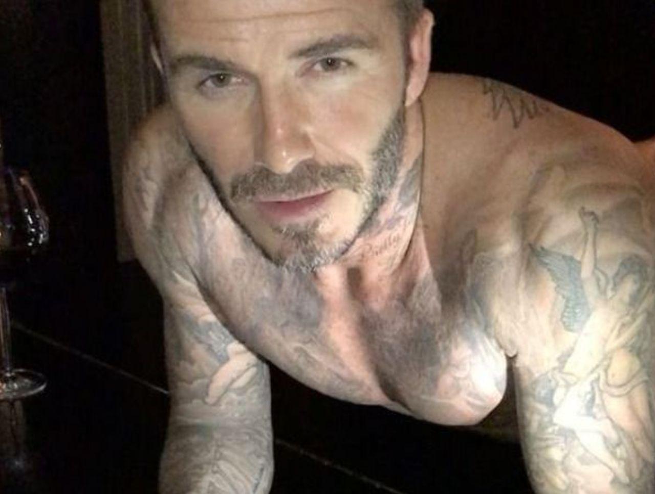 Piyano Üzerinde Yarı Çıplak Bir David Beckham