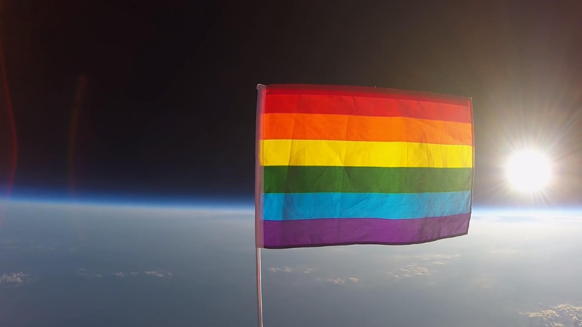 Evren Şimdi LGBT Dostu! Gökkuşağı Bayrağı Göklerde!