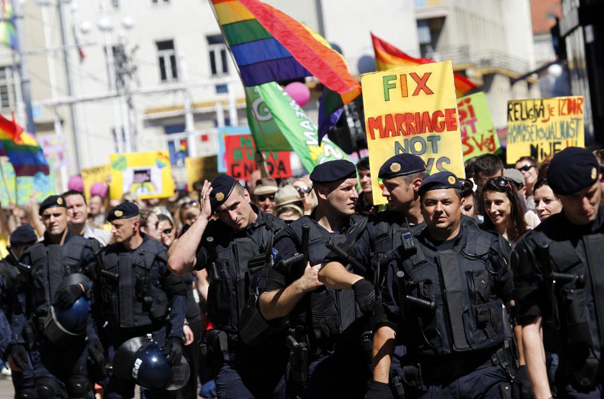 Eşini Gay Polis Memuruna Kaptıran Kadından, 'Eşcinsel Polisler Görevden Alınsın' Kampanyası