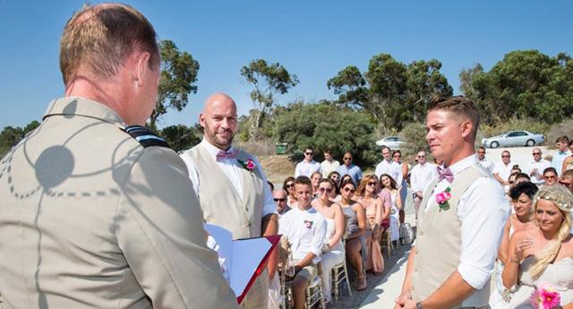 Kıbrıs'taki Ordu Çavuşu ve Partneri, Deniz Üstünde Evlendi
