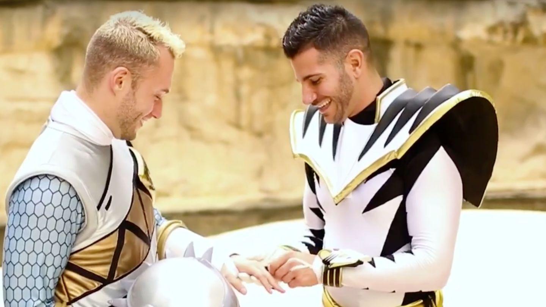 Power Rangers Kostümlerini Giyip Nişanlandılar