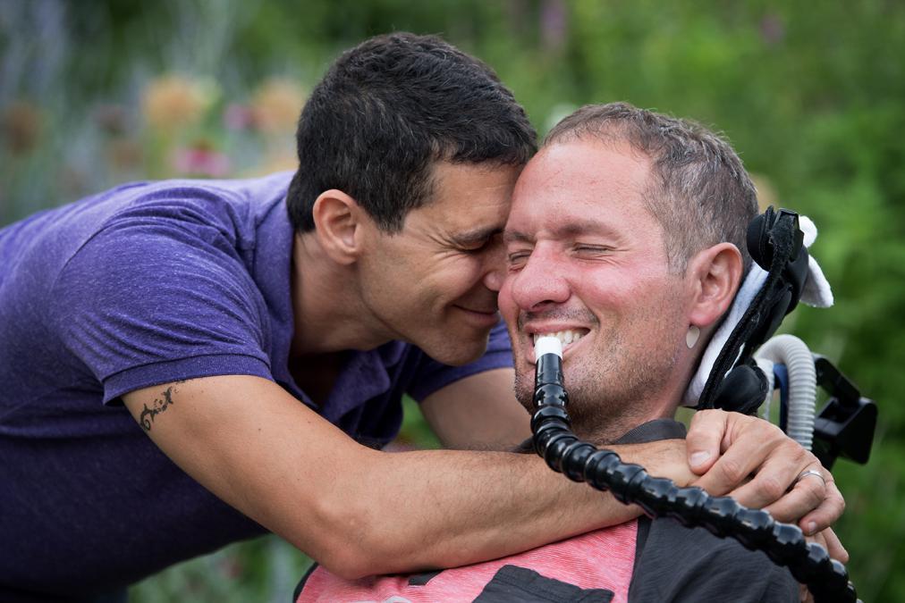 ALS Hastalığına Yakalanan Eşine Böyle Bakıyor, Hala Aşk'a İnanmıyor Musunuz?