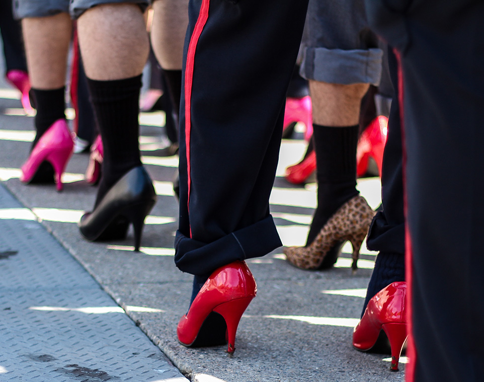 Polisler Topuklu Ayakkabı Giydi