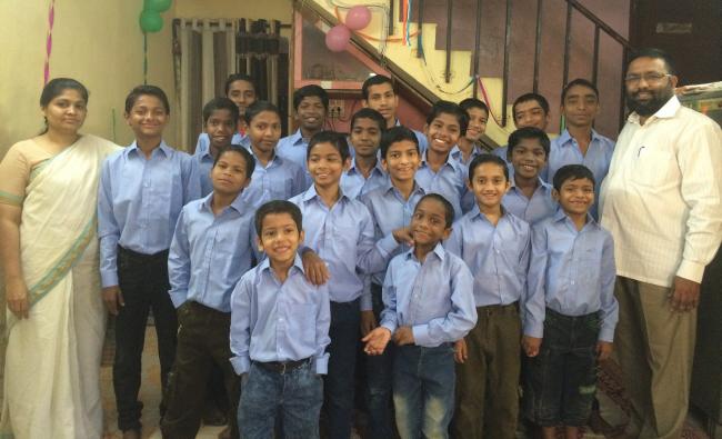 Hintli Bir Çift 22 Terk Edilmiş HIV Pozitif Çocuğu Evlat Edindi
