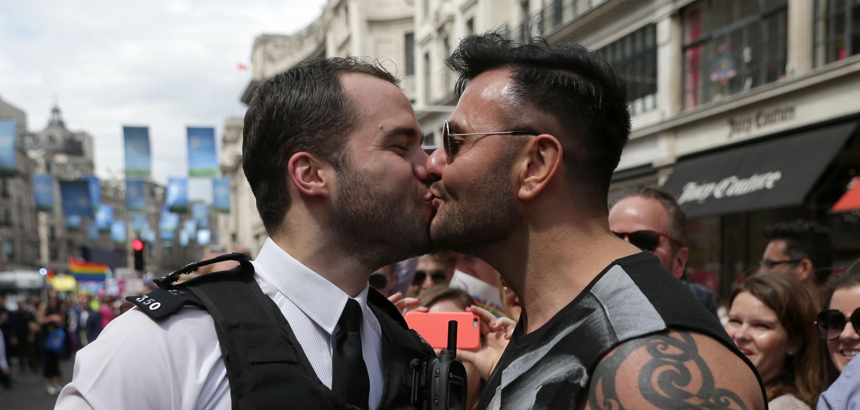 İngilizlerin Üçte İkisi Eşcinsel Olmanın Bir Tercih Olduğuna İnanıyor!