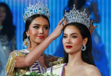 Contestant Jiratchaya Sirimongkolnawin of Thailand (R) reacts as she is crowned winner of the Miss International Queen 2016 transgender/transsexual beauty pageant in Pattaya, Thailand, March 10, 2017. REUTERS/Athit Perawongmetha