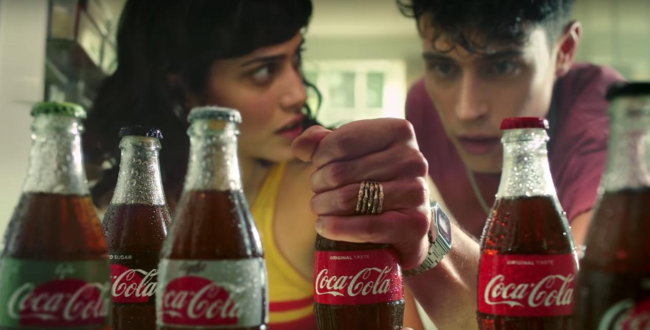 İzleyin: Coca Cola'nın Yeni Reklamında İki Kardeş Havuzcu Çocuk İçin Yarışıyor!