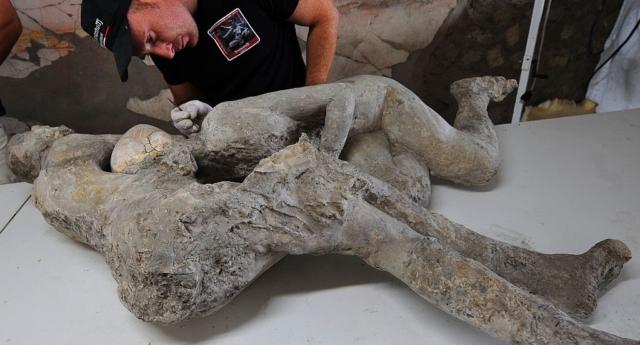 2000 Yıl Önce Birbirlerinin Kollarında Ölen Gay Çiftin Kalıntıları Bulundu