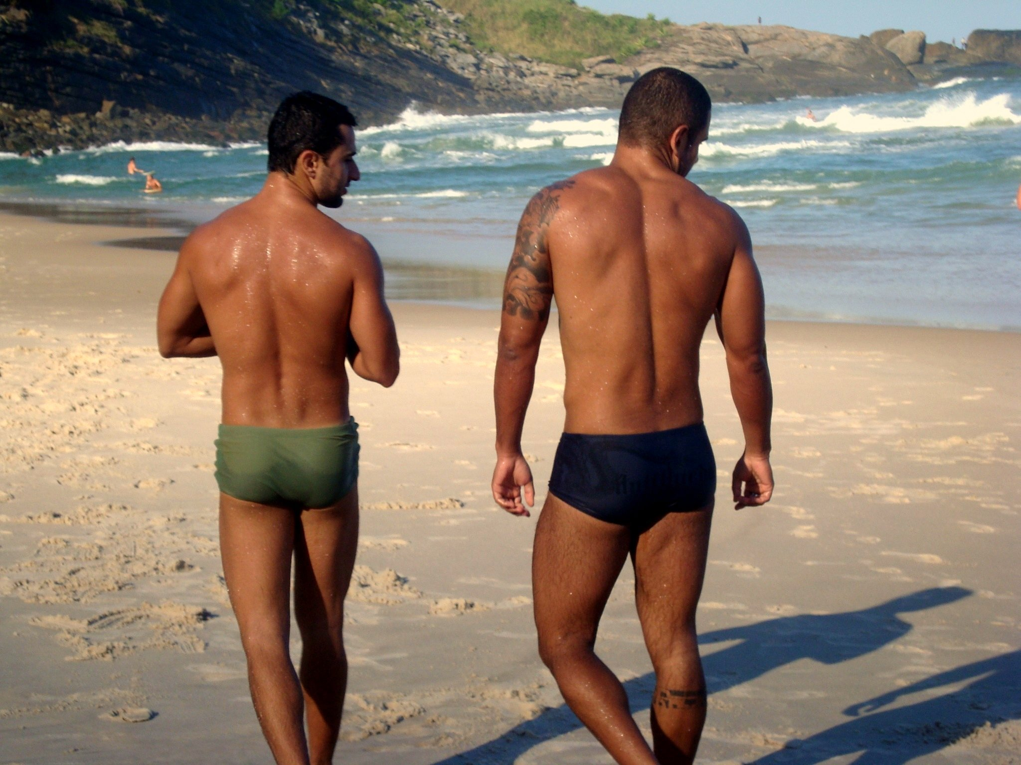 gay-couple-ipanema-beach-gay-rio