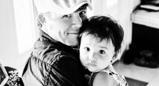 Eşcinsel Bir Baba Maruz Kaldığı Tuhaf Bakışlarla Nasıl Mücadele Ettiğini Anlattı