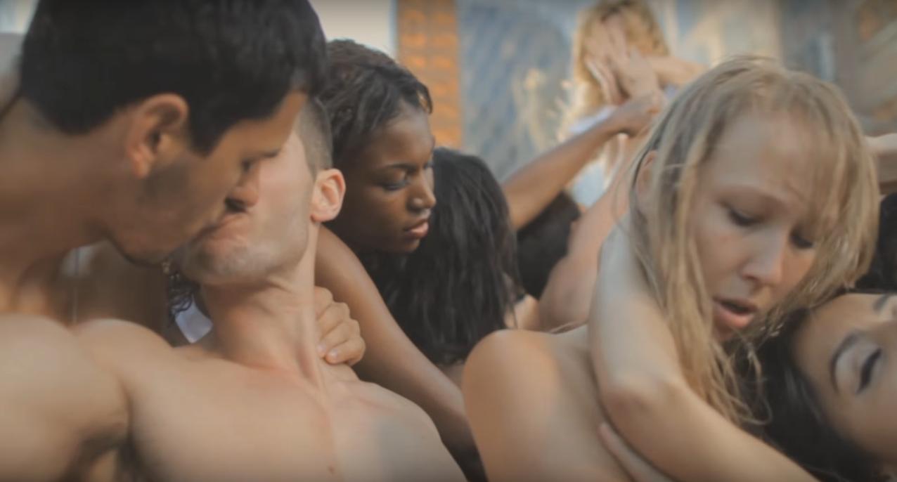 Pop İkonu Klibindeki Gay Öpüşme Sahnelerinin Kesilmesini Reddetti