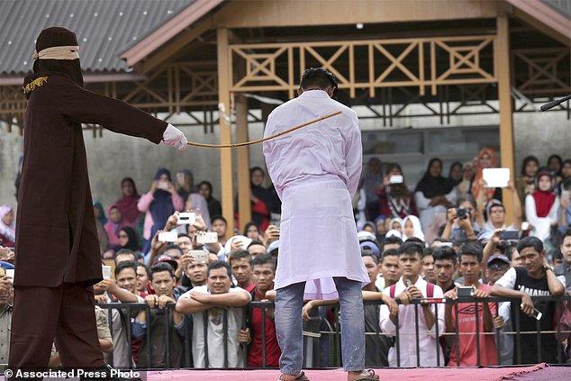 Endonezya'da Eşcinsel Şiddeti!