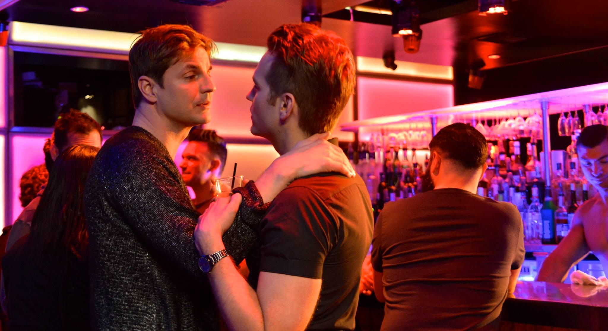 Heteroseksüel Erkekler İçtiklerinde Diğer Erkekleri Daha Çekici Buluyor