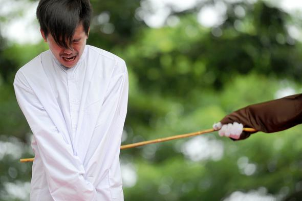 İzleyin: Eşcinsel Erkeklere 3000 Kişinin Önünde İnfaz!