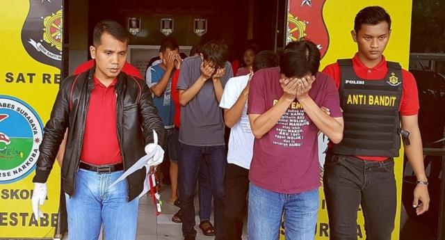Sekiz Erkek Eşcinsel Parti Düzenledikleri İçin Tutuklandı!
