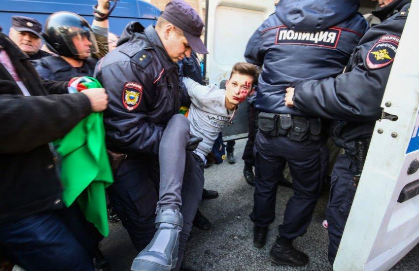 Rus Polisi Çeçenistan'daki Gay Toplama Kamplarını Protesto Edenleri Tutukladı