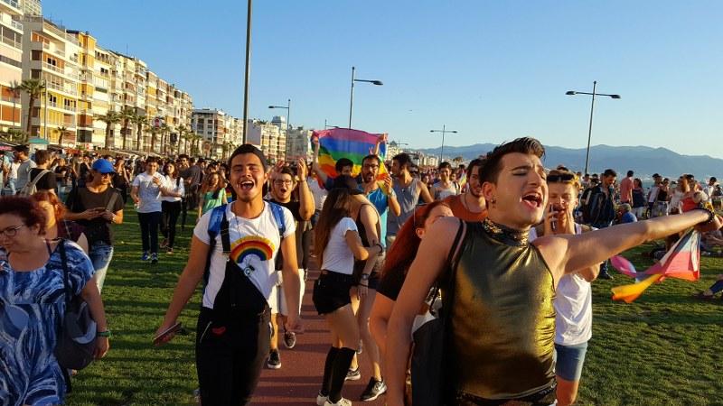 İzmir'in Onur Yürüyüşü El Ele, Aşkla, Sloganlarla Gerçekleşti