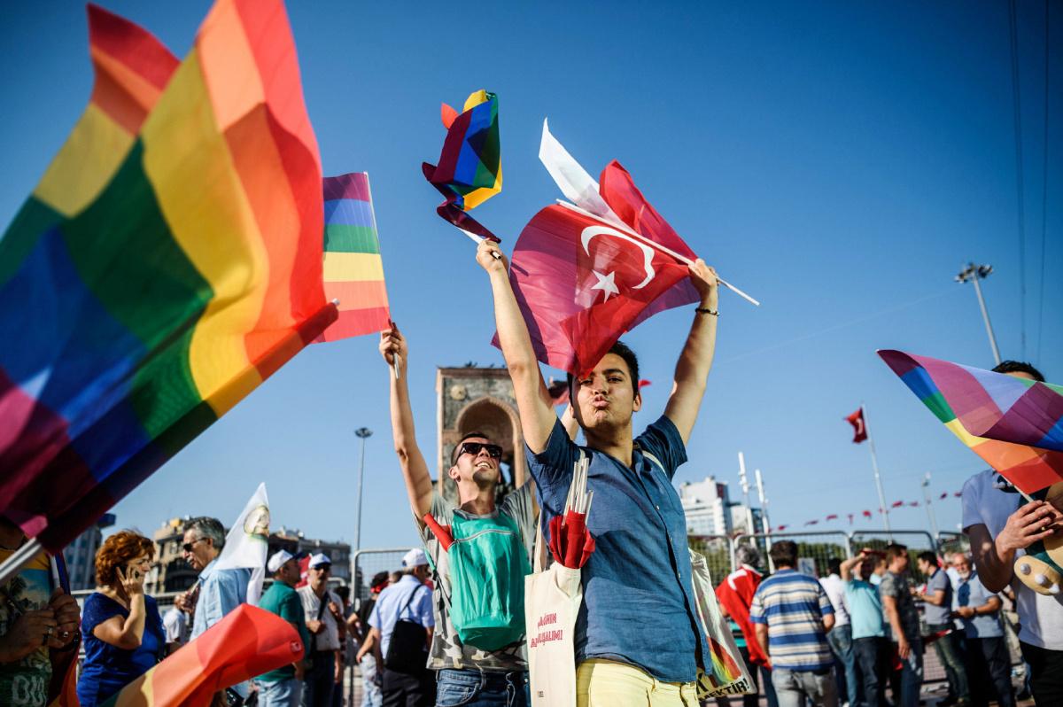 İstanbul LGBTİ+ Onur Hafta'sının 25. Yılında Herkese 'Aramızda Ne Var?' Diyor