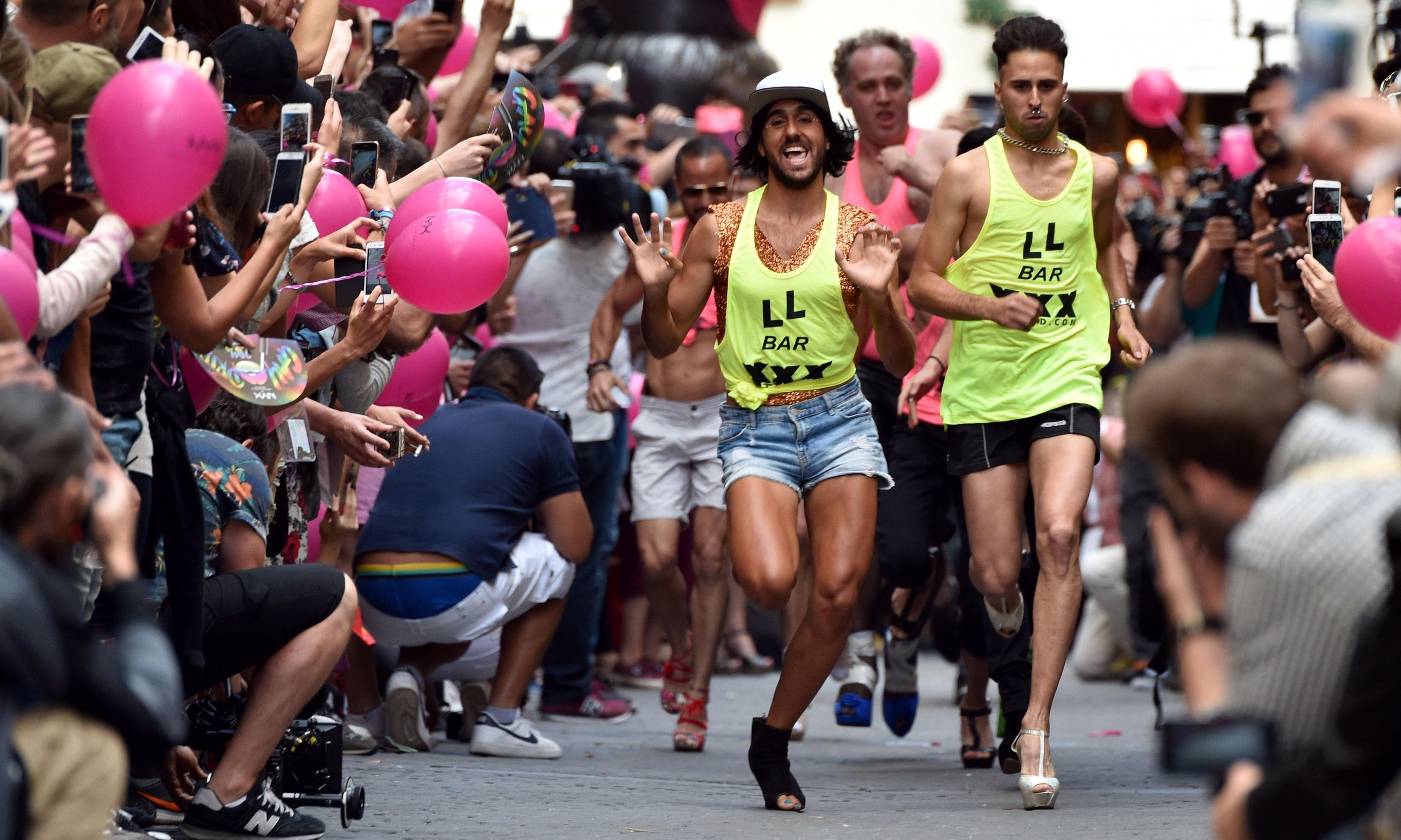İzleyin: Erkekler Madrid Pride Etkinliğinde Topuklu Ayakkabılarla Yarıştı
