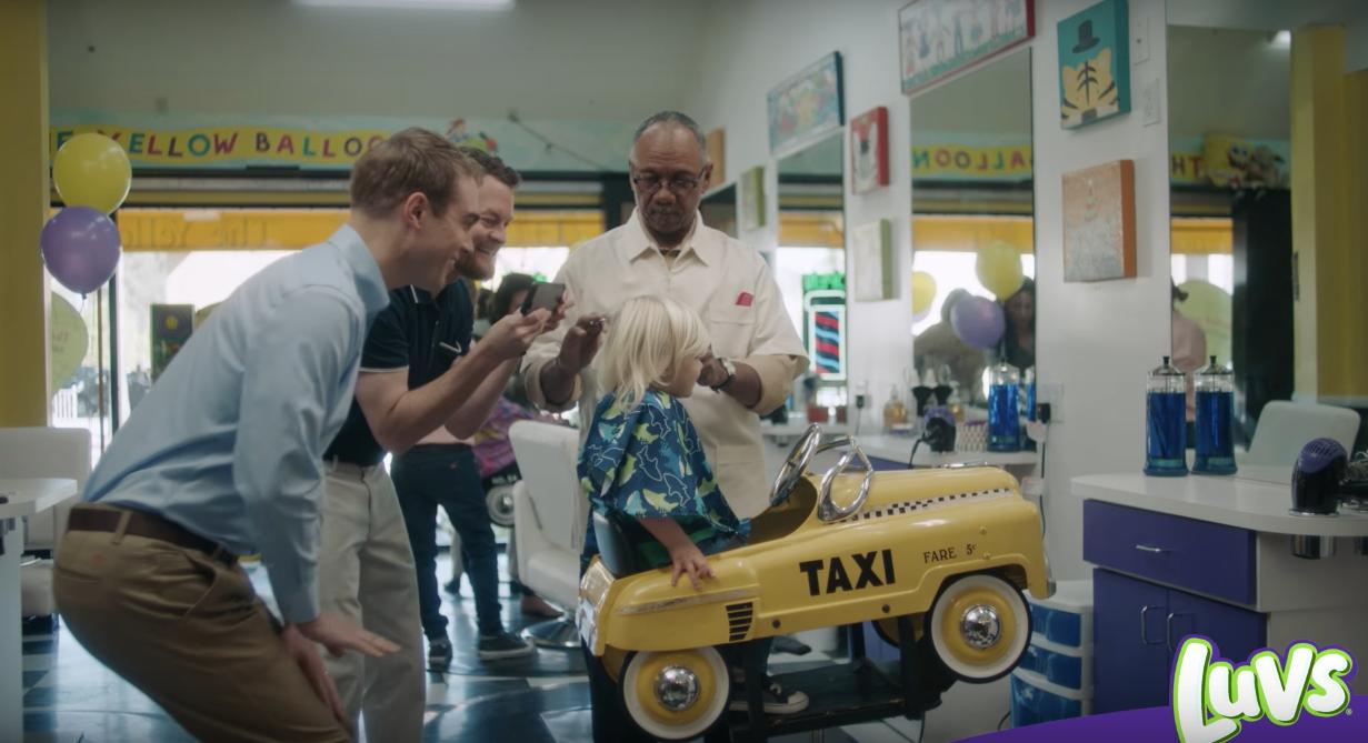 İzleyin: Yılın En Tatlı Reklamı! Eşcinsel Babaların Oğulları İlk Saç Kesiminde!