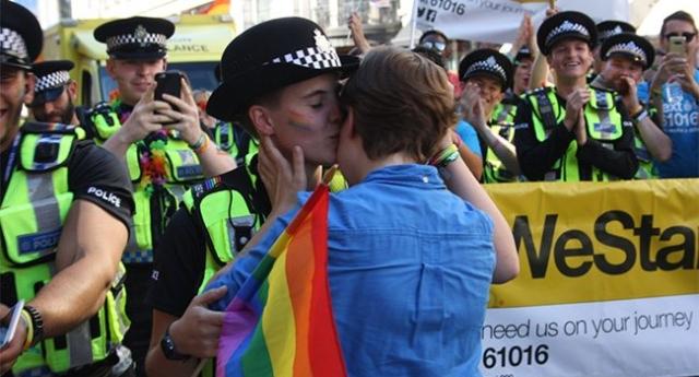 İzleyin: Kız Arkadaşından Polis Memuruna Londra Onur Yürüyüşünde Evlilik Teklifi!