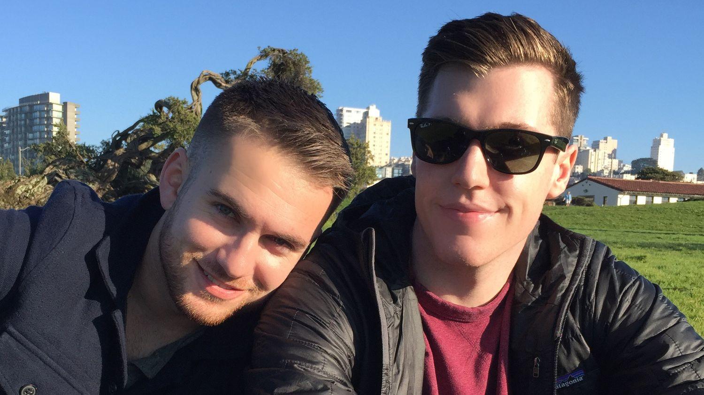 Tinder'dan Eşcinsel Çifte 100 Bin Dolarlık Hediye!