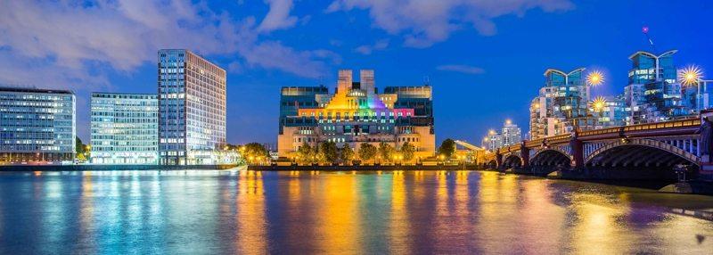 İngiltere'nin İstihbarat Teşkilatı MI6 Gökkuşağı Rengine Büründü!