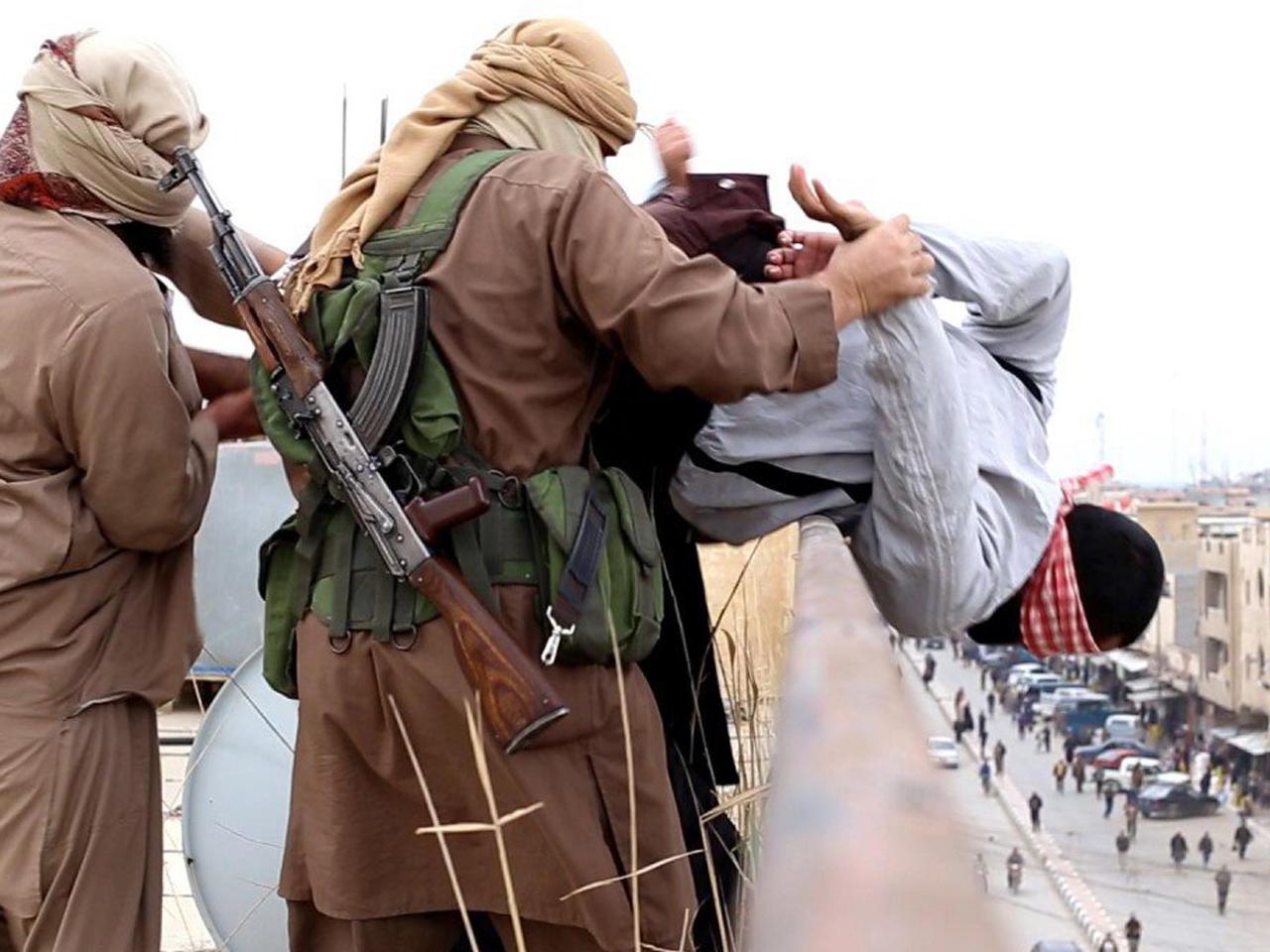 İŞİD, Binanın Tepesinden Atarak İnfaz Ettiği Eşcinselin Fotoğraflarını Yayımladı!