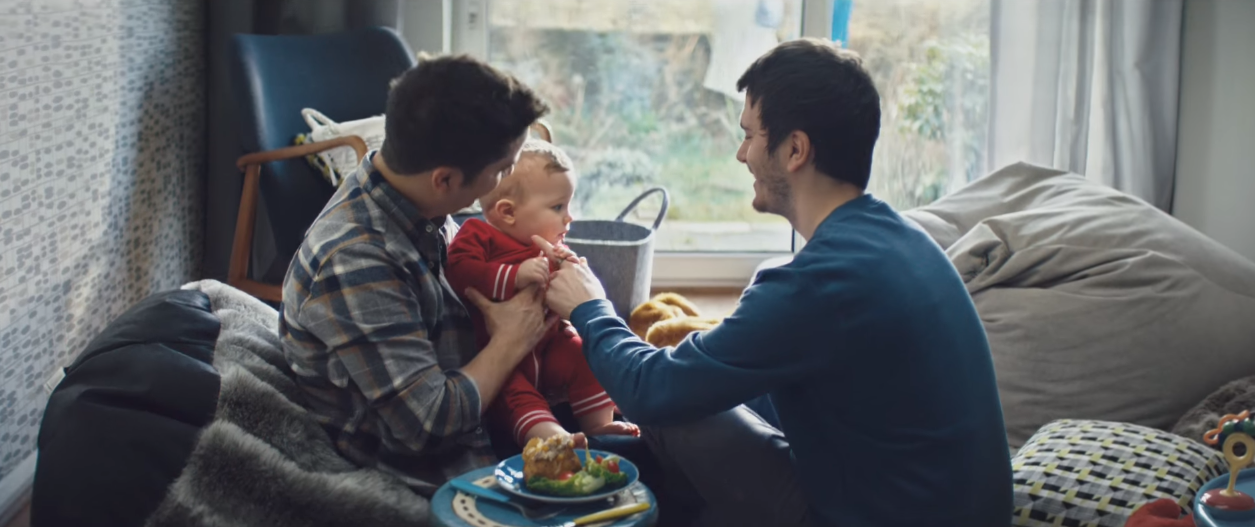 İzleyin: Bu Reklam Filminde Oynayan Eşcinsel Babalara Hakaret Yağdı!