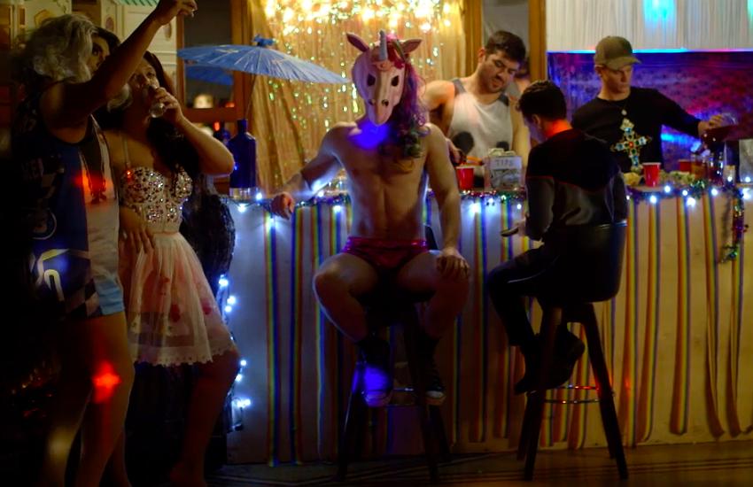 İzleyin: Bu Filmde Unicorn Maskeli Bir Katil, Drag Kraliçelerini Öldürüyor!