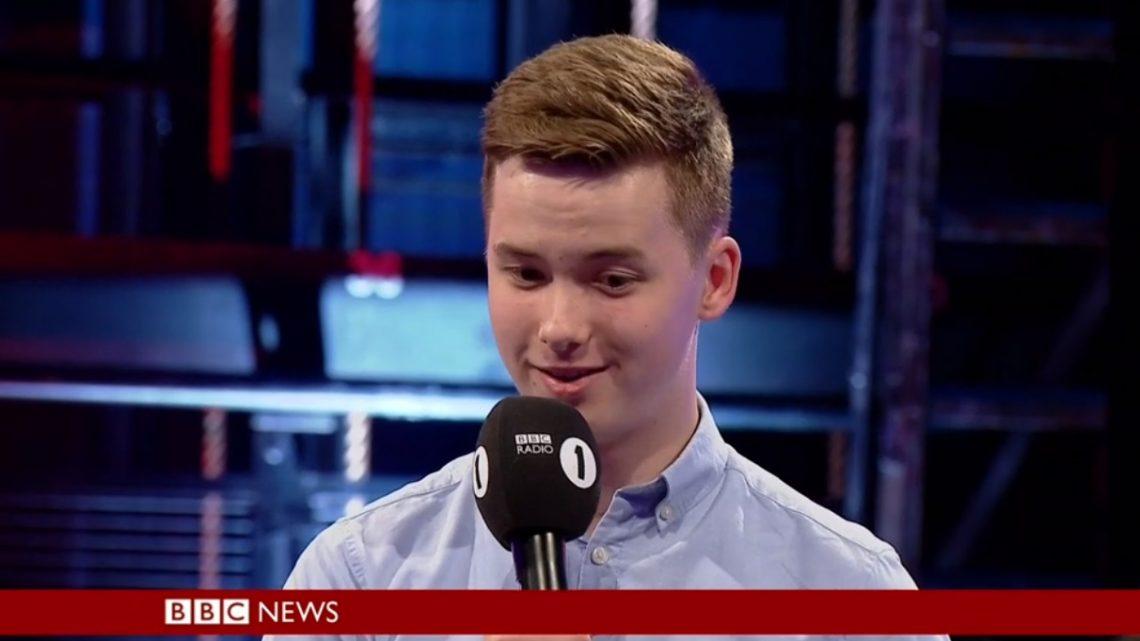 İzleyin: BBC Canlı Yayınında Eşcinsel Olduğunu Açıklayan 16 Yaşındaki Genç