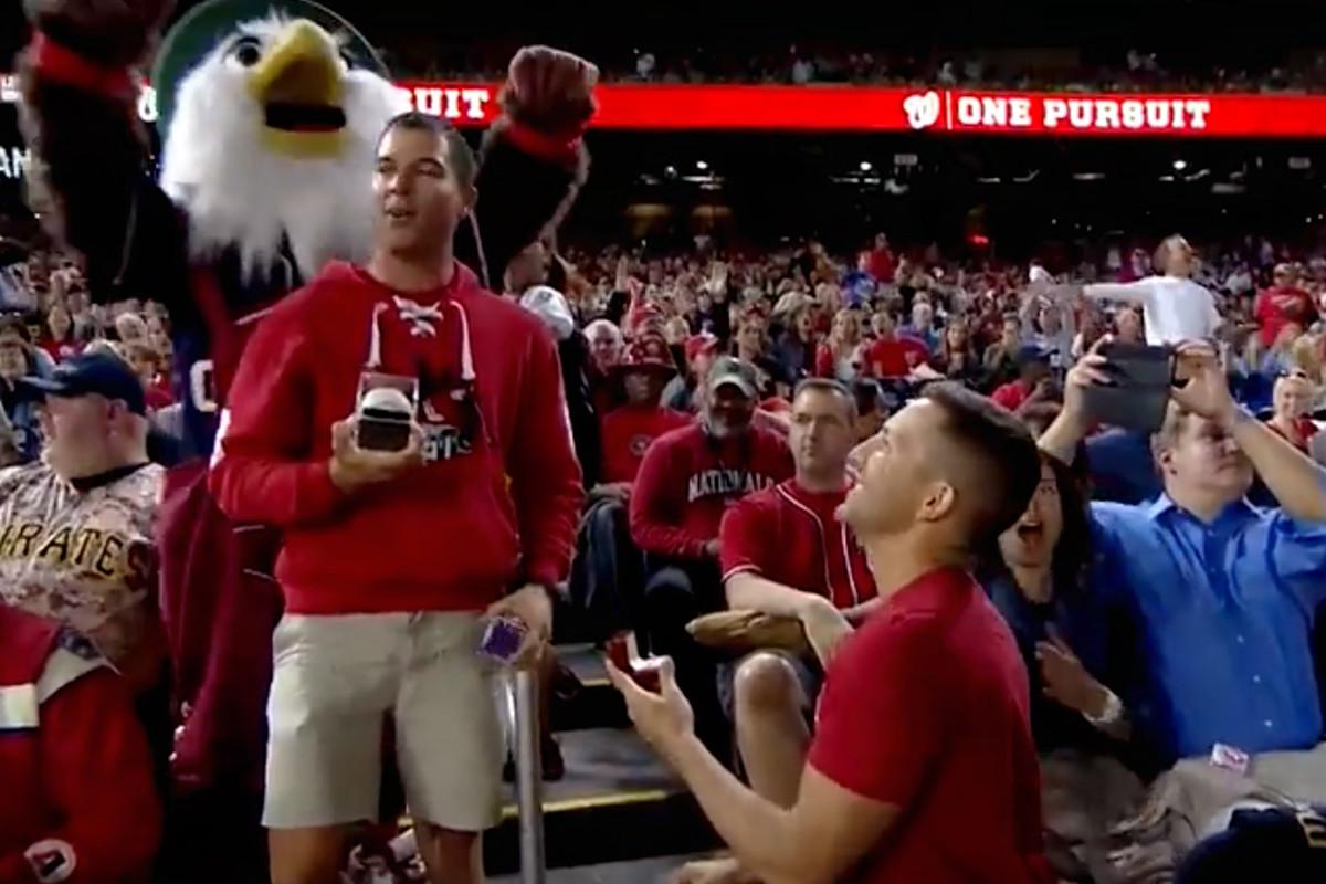 İzleyin: Eşcinsel Çift Büyük Beyzbol Ligi Maçında Nişanlandı, Seyirciler Hayran Kaldı