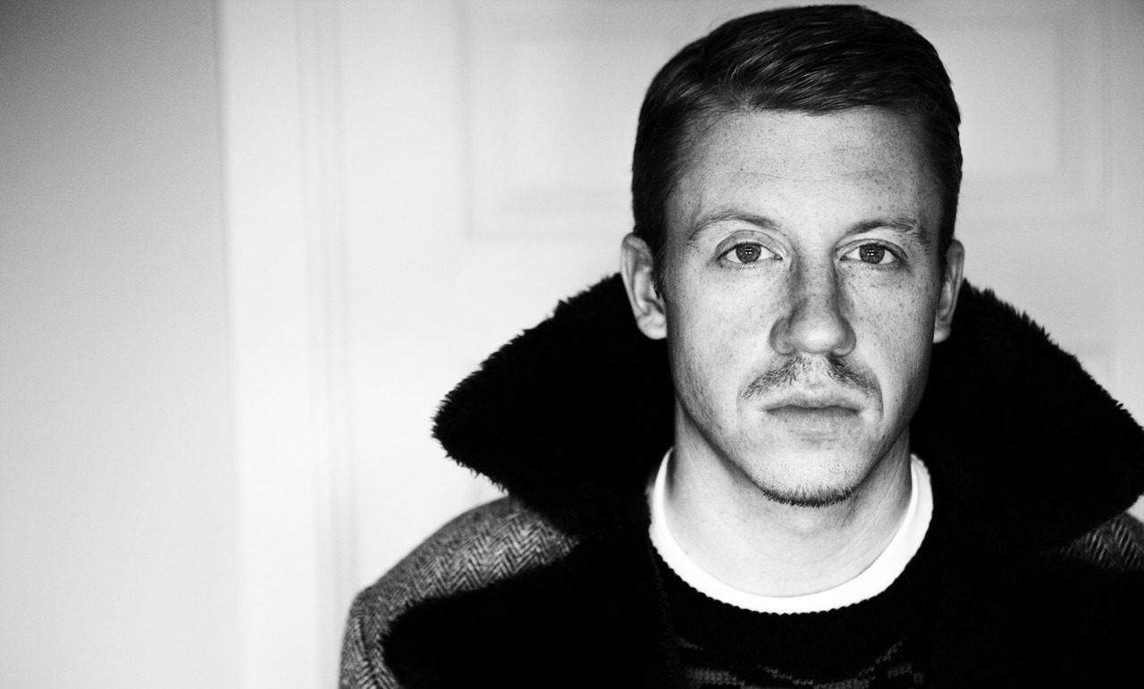 İzleyin: Macklemore, Justin Bieber'ın Çıplak Bir Tablosuna Sahip Olduğunu Açıkladı