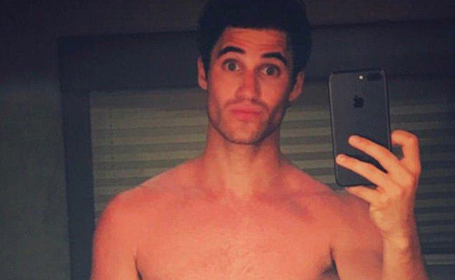 Darren Criss, Viral Olan Çıplak Mayolu Fotoğrafı Hakkında Konuştu