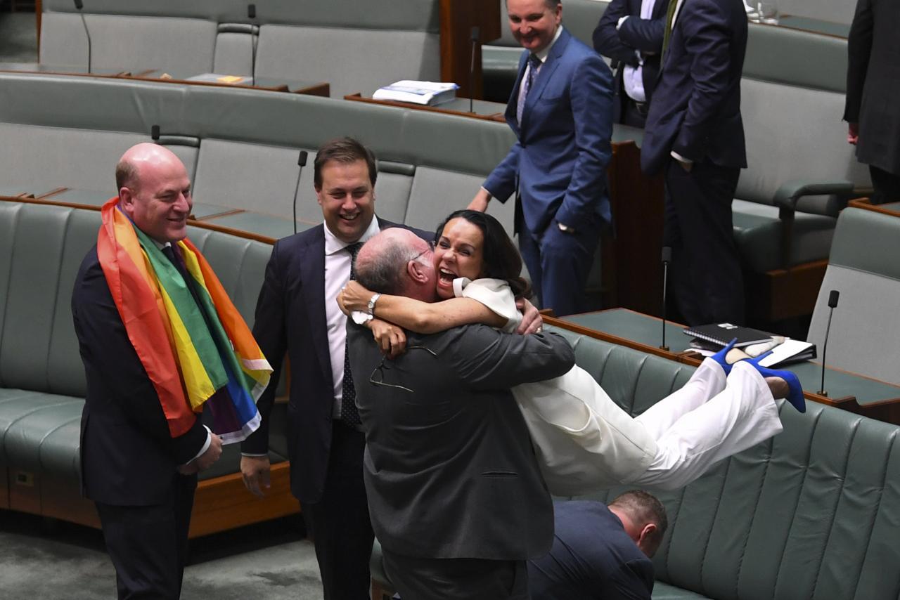 İzleyin: Avustralya'da Eşcinsel Evlilik Yasallaşırken, Politikacılar Mutluluktan Havalara Uçtu!